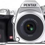 Серебристая зеркалка Pentax K-5 с самым тонким в мире унифокальным объективом [фото]