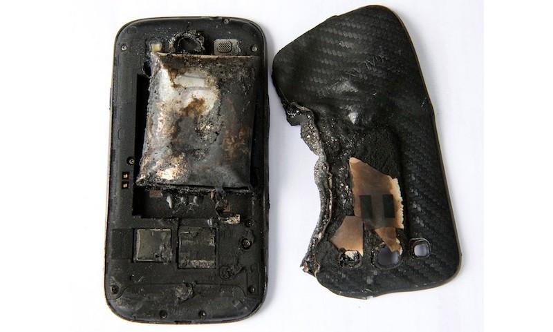 Samsung Galaxy S4 чуть не устроил пожар, а Galaxy S III взорвался в кармане