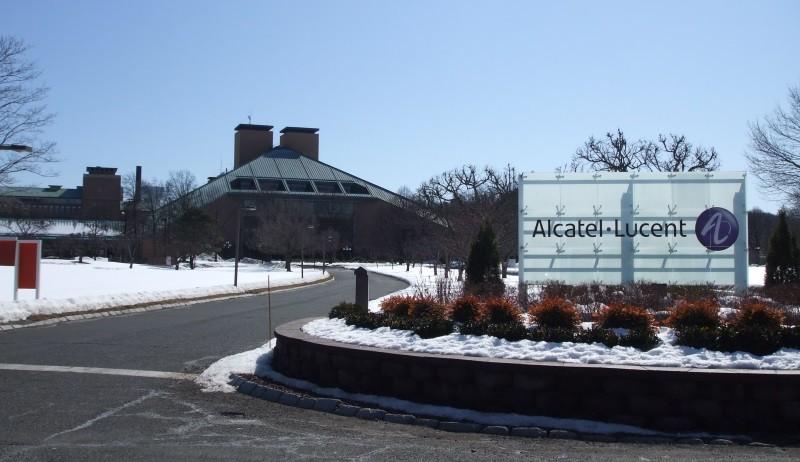 Nokia может купить Alcatel после продажи своего мобильного подразделения