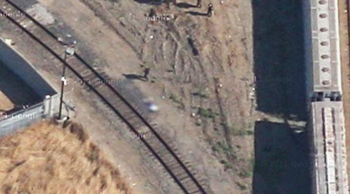 Снимок с Google Maps. Тело застреленного подростка рядом с железнодорожными путями размыто в фоторедакторе