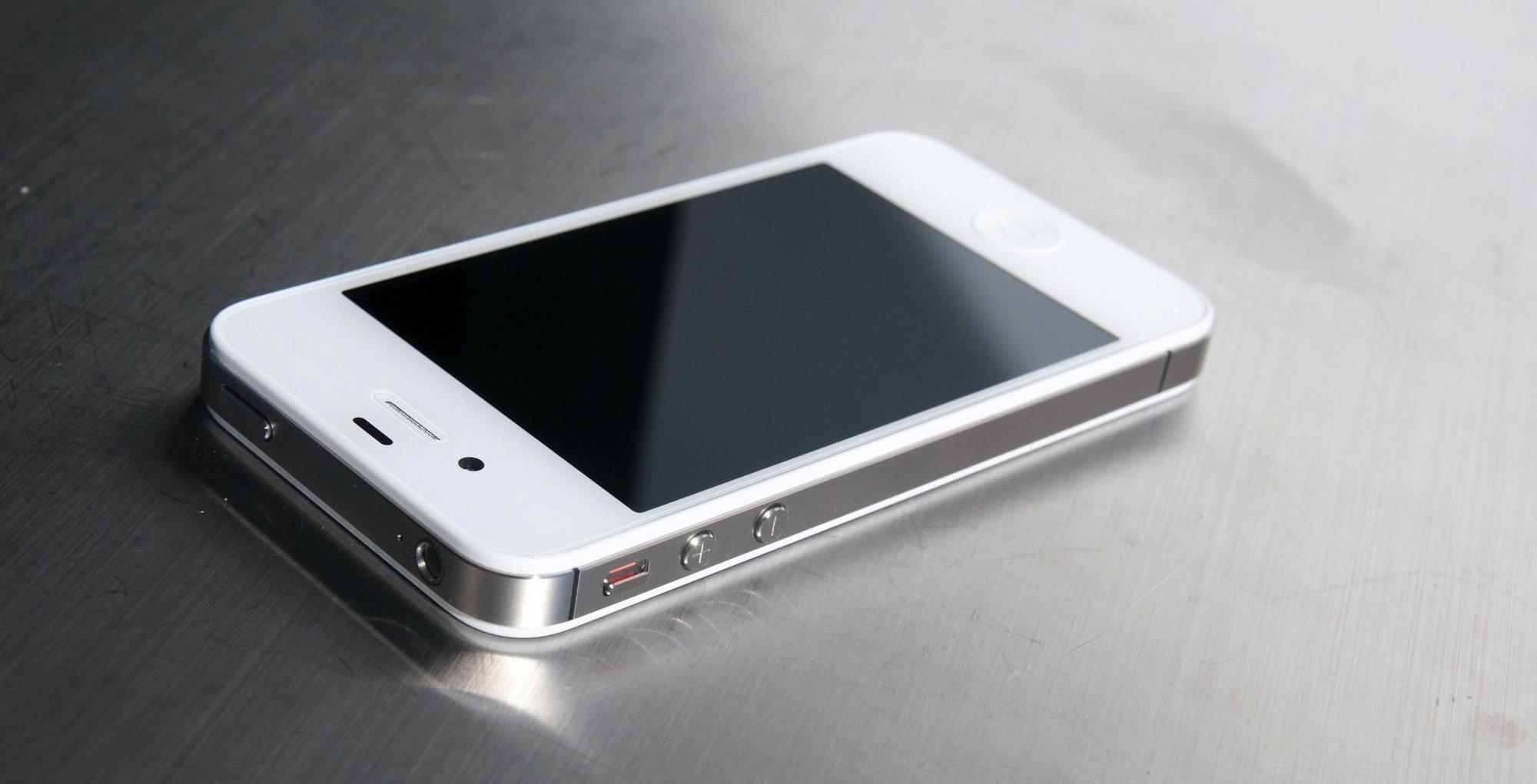 Почему Apple не сворачивает производство iPhone 4?