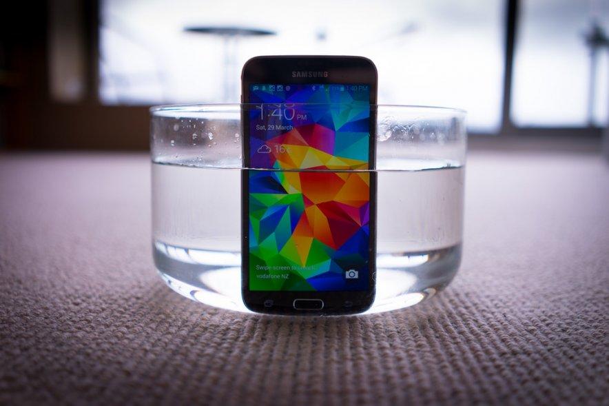 e335596f19c4092442d95089aacaКомпания Samsung анонсировала достойный ответ своему корейскому конкуренту (LG G3) — смартфон GALAXY S5 LTE-A. Этот девайс на текущий момент вполне можно назвать самым мощным смартфоном в мире. Данная версия смартфона получила мощнейший на сегодняшний день четырехъядерный процессор Qualcomm Snapdragon 805 с тактовой частотой 2,5 ГГц и графикой Adreno 420 (нового поколения). Чип поддерживает передачу данных в сети LTE со скоростью до 225 МБит/с.  Кроме того, у Samsung GALAXY S5 LTE-A — самый продвинутый дисплей. Здесь используется 5,1-дюймовая Super AMOLED матрица с разрешением 2560 х 1440 пикселей (Quad HD). Плотность пикселей здесь максимальная среди всех мобильных дисплеев на рынке — 557 ppi. Объем оперативной памяти — 3 ГБ, объем встроенной памяти — 32 ГБ (расширяется при помощи microSD еще на 128 ГБ).  Как и обычный GALAXY S5, новинка защищена от проникновения влаги и пыли (IP67) и имеет сканер отпечатков пальцев и датчик сердечного ритма. Тут две камеры — 2 и 16 Мп, емкость аккумулятора составляет 2800 мАч.  b1ae2057c4ca92024df2ca255c82  Габариты Samsung GALAXY S5 LTE-A — 142 x 72,5 x 8,1 мм, вес — 145 граммов. Пока сообщается лишь о корейском релизе смартфона. У одного из местных операторов он появится в продаже до конца текущей недели (в том числе в новом красном цвете) по цене 920 долларов. О возможных глобальных продажах девайса информации пока нет. [via hi-tech]