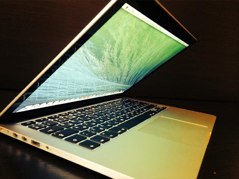 """Слух: Apple выпустит супертонкий """"макбук"""""""