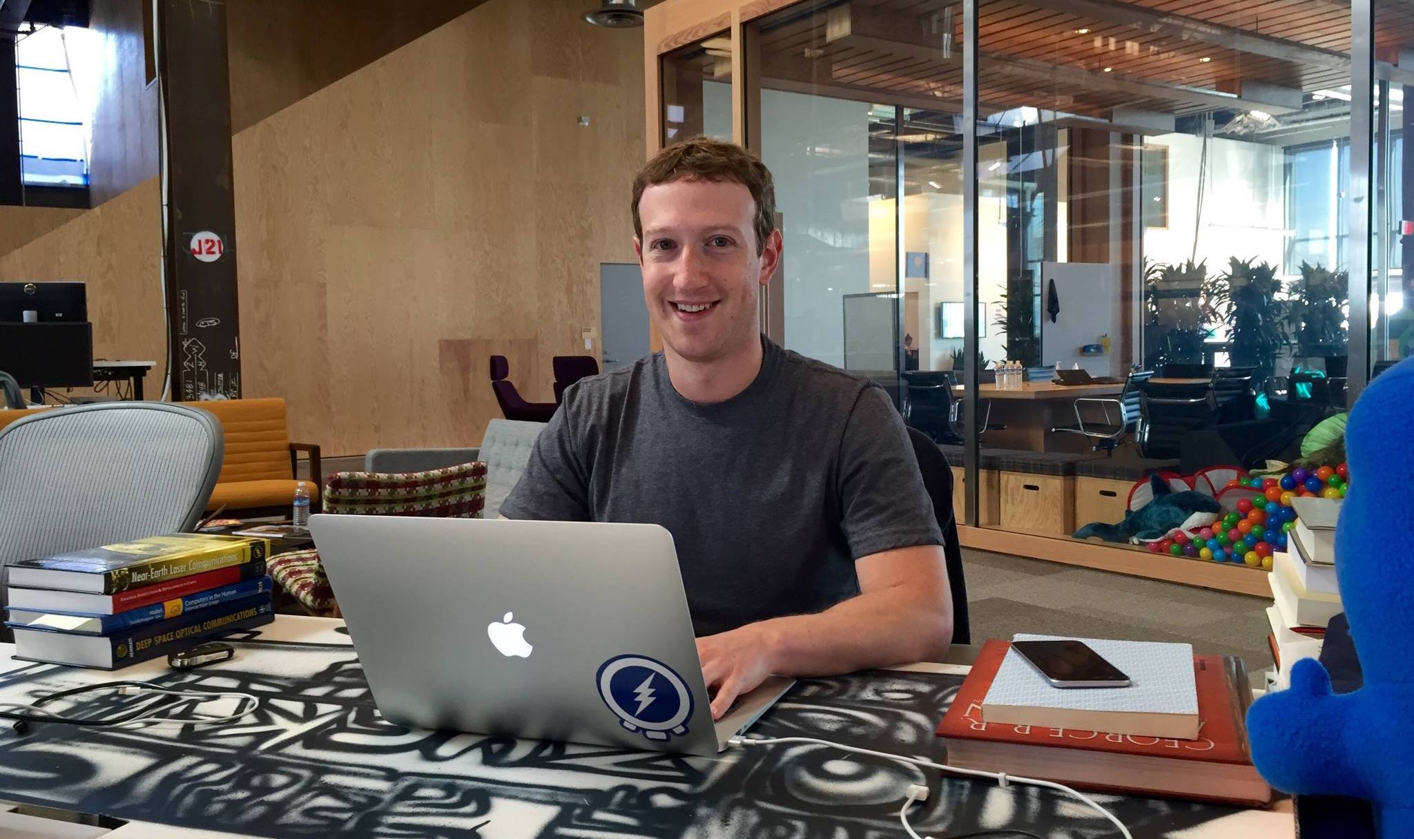 Зачем основатель Facebook заклеил микрофон и камеру MacBook? [фото дня]
